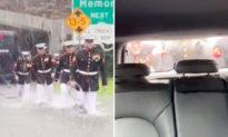 Những anh chàng Thủy quân lục chiến giải cứu chiếc xe mắc kẹt trong lũ